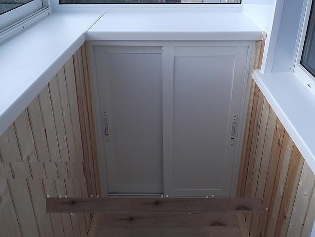 Раздвижные шкафчики на балконпод подоконником.